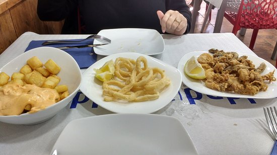 Restaurante El Puppet Comaruga : Bravas, calamares de la casa y fritura de pescado