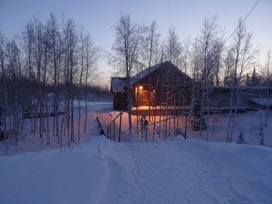 Igarka, รัสเซีย: В декабре в Игарке день совсем короткий - меньше часа. Так выглядит здание музея.