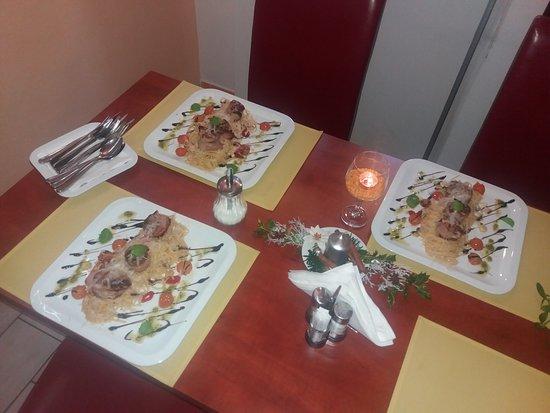 Zlin, République tchèque : Těstoviny linguine s olivovým olejem, plátky česneku, cherry tomaty, chilli papričkou a vepřovou