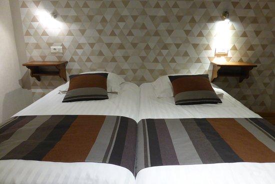Ostheim, Francja: Bett vor schicker Tapete