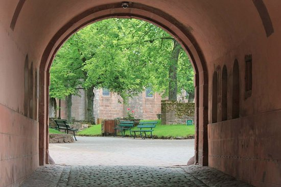 Hostellerie Du Mont Sainte-Odile: Eingangbogen zum Kloster