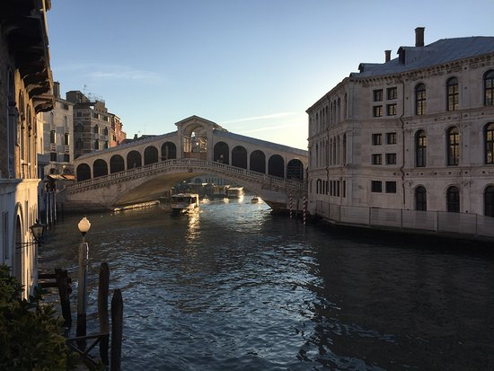 Al Ponte Antico Hotel: Vista dalla hall, dal terrazzino e dalla camera