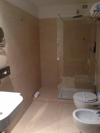 Hotel Cenacolo: bagno in camera