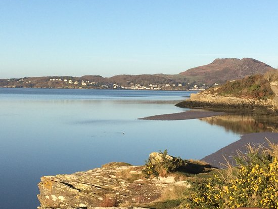 Castell Deudraeth: Coastal path from Portmeirion village towards Borth y Gest