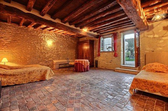 """Merry-Sec, France : Suite """"Safran"""" vue sur la piscine, douche à l'Italienne et bain."""