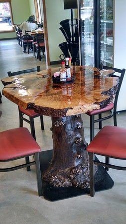 Darrington, WA: The rustic tables at 4 Corners Cafe