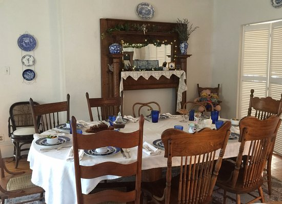 Versailles, MO: Dining Room