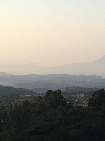 Hotel Kirishima Castle: ホテルの部屋から桜島が見えました。曇っていましたがかすかに見えましたよ。