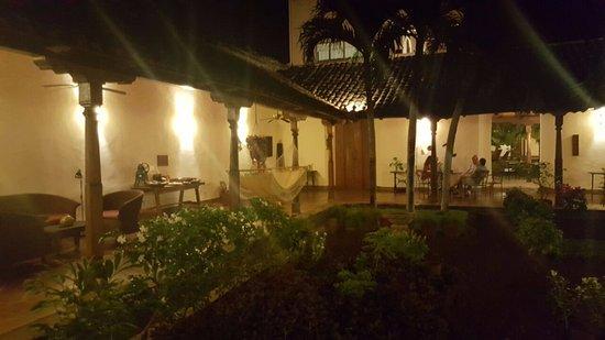 Hotel Patio del Malinche: Garden and corridors.