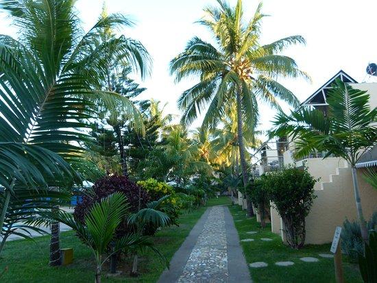 Manisa Hotel: Allée intérieure et piscine à gauche