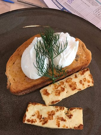 Ivanhoe, ออสเตรเลีย: Poached eggs cooked to perfection with houlimi