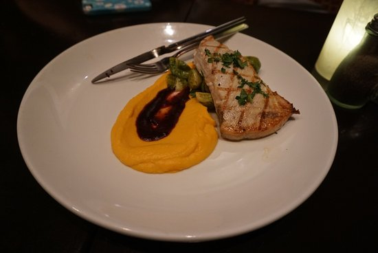 Twenty 6 : Crab cakes and beet salad Scallops Swordfish Salmon Creme brûlée