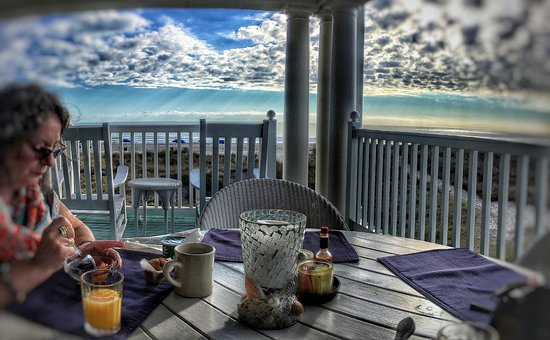 Elizabeth Pointe Lodge: Breakfast on the porch with ocean view