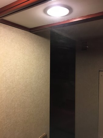 Embassy Suites by Hilton Detroit - Troy/Auburn Hills: Dirty rags used to wipe mirrors (image does not show the true depth)