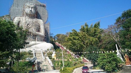 Chai Badan, Thailand: Buddha im Bau