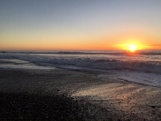 Cavalier Oceanfront Resort: beach at sunset