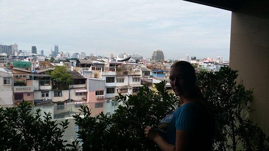 Bangkok City Hotel: вид с балкона в коридоре