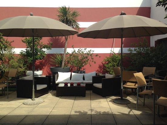 Cote Patio Hotel Nimes : patio d'été  pour le petit dejeuner