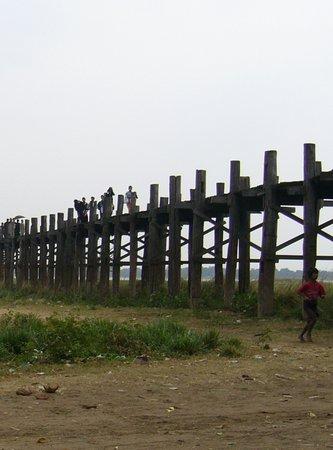 U Bein Bridge: 細雨中的烏本橋