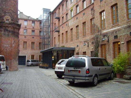 Hotel Fabrik: Belső udvar parkoló