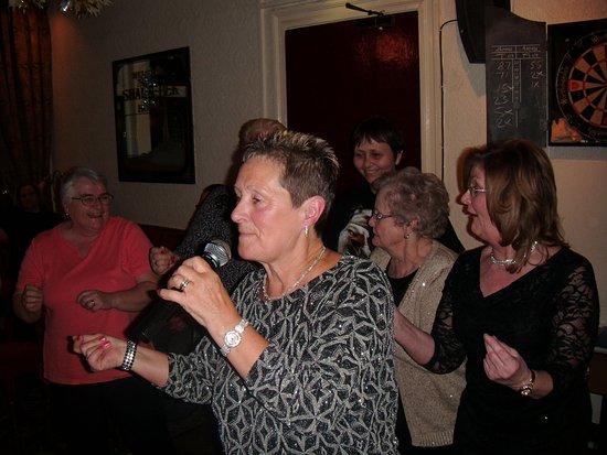 Sharn-Bek Hotel: Linda entertainer