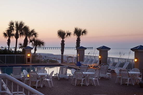 Holiday Inn Club Vacations Panama City Beach Resort: Enjoy sitting around the pool deck to watch the beautiful sunsets