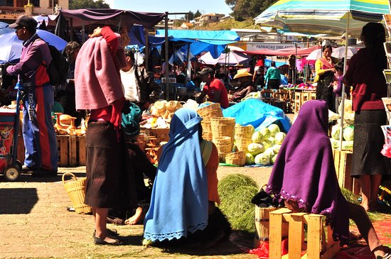 ... faldas de las mujeres chamula (maya etnia tzotzil). Plaza de la Paz  El  mercado delante de la Iglesia 3a3524d094bd