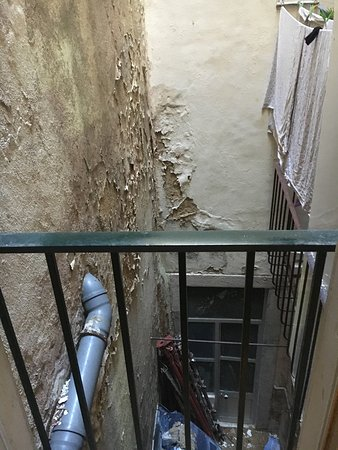 Johnies Place: Rotten room and buidling, absolutely overprized