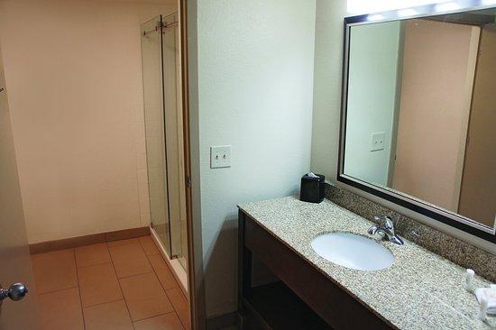 لاكوينتا إن آند سويتس هايوارد: Bathroom