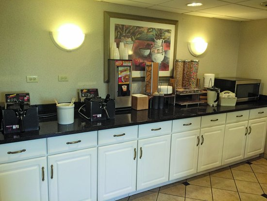 La Quinta Inn & Suites Chicago Gurnee: Breakfast Bar