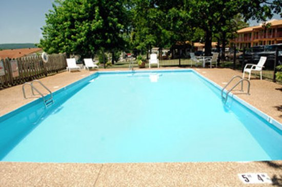 Econo Lodge: Outdoor Pool