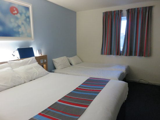 Travelodge Manchester Salford Quays: 2 adults, 2 children (2 additional small beds)