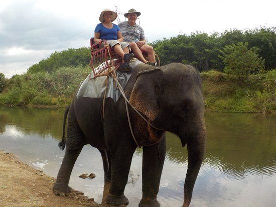 Khao Sok Smiley Bungalow: Our first elephant ride in Khao Sok National Park, Thailand
