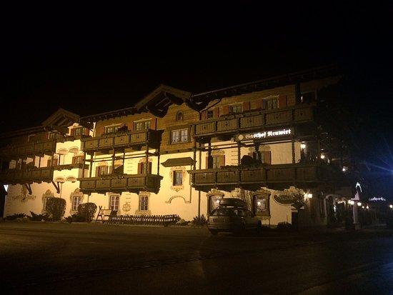 Kaiserhotel Neuwirt: noční pohled na hotel a parkoviště