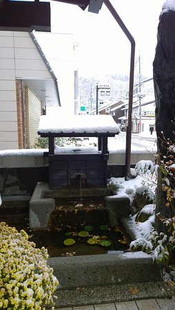 Kiso-machi, Japan: Water feature at entrance
