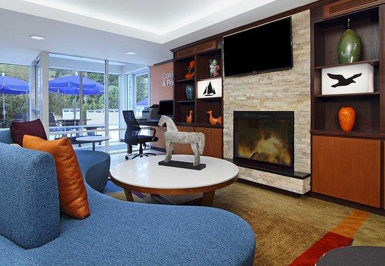 Fairfield Inn Portland Maine Mall: Lobby - Fireplace