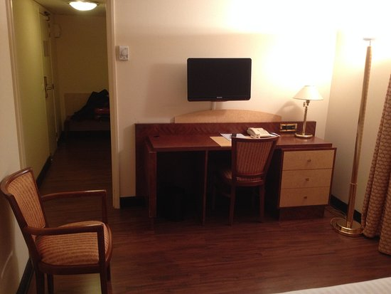 Hotel Le Continental : Côté bureau, porte d'entrée, WC et salle de bains