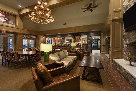 Liverpool, Estado de Nueva York: Lodge Area with Tables & Chairs
