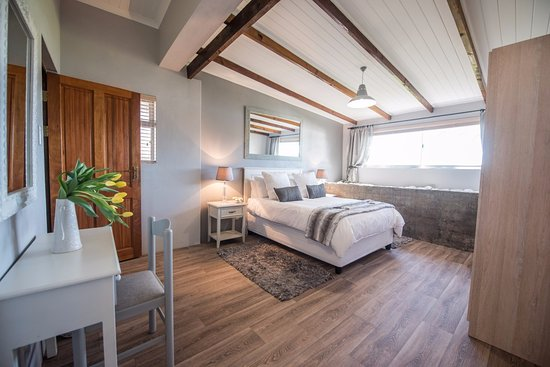 Robertson, Sydafrika: Main bedroom in Stable Cottage over looking the dam (Sleeps 6 people)