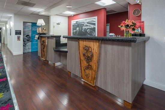 Hampton Inn Livermore: Front Desk