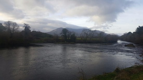 Riverside Hotel Killarney: River next to the hotel