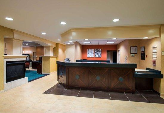 Residence Inn Boston Framingham: Front Desk