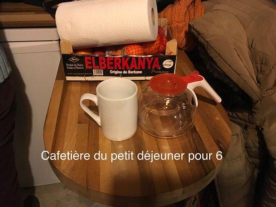 Terce, فرنسا: Mur brut ,  Les équipements pour la cuisine n est pas adapté pour 6 adultes.