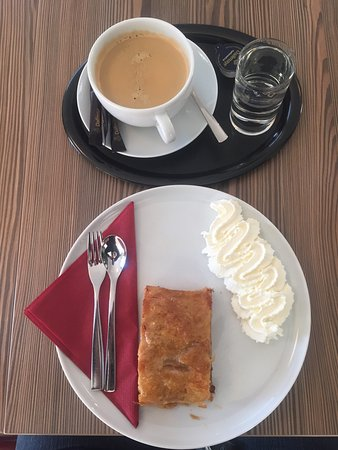 Bäckerei Ihrenberger: Apfelstrudel and coffee. Delicious. It lasted about 2 minutes.