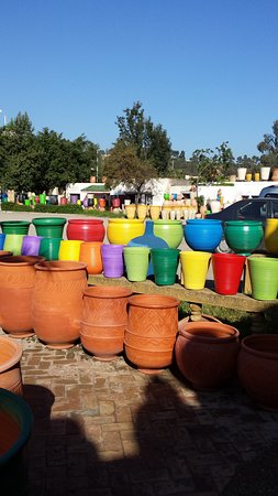 ‪سلا, المغرب: Pottery galore, all sizes & colors‬