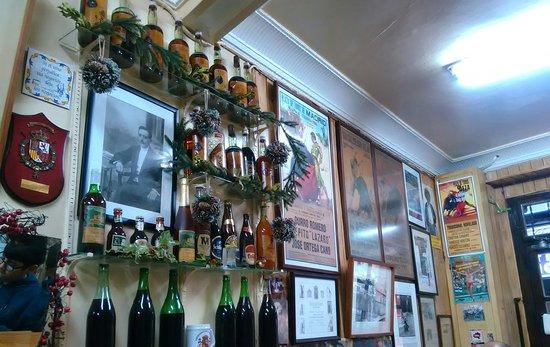 Vinos Lazaro: Decoracion interior y aperitivos.