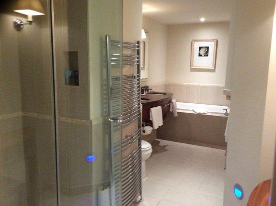 Grayshott, UK: Large clean modern bathroom, nice toiletries