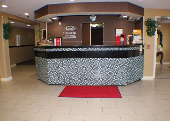 Econo Lodge Inn & Suites: Front Desk