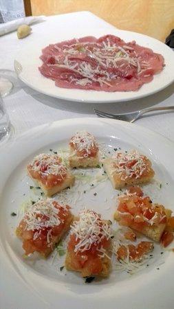Valdagno, Italy: Antipasti: bruschettine pomodori e ricotta affumicata. Manzo marinato