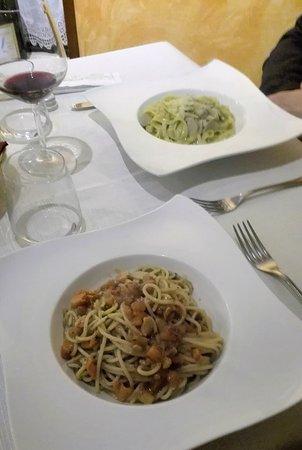 Valdagno, Italia: Pasta al pesce (branzino e salmone) e pasta ai funghi